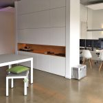 Moderne Raumaufteilung mit maßgeschneiderten Möbel von Middelkamp Möbel
